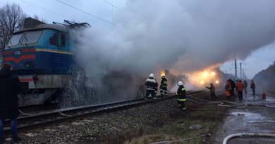 Ukrayna'da tren hareket halindeyken alev aldı (video)