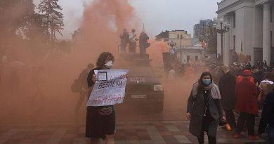 Göstericiler Kiev'de İçişleri Bakanı'nı istifaya çağırıyor
