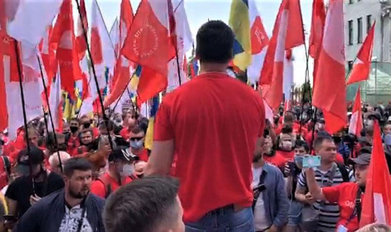 Kiev'deki hükümet binası önünde büyük ölçekli protesto gösterileri (video)