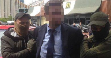 Ukrayna Eğitim Bakanlığı müdürlerinden birisi rüşvet alırken yakalandı