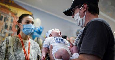 Ukrayna'daki karantina nedeniyle haftalardır bekleyen ailelerin bir kısmı, yeni doğan bebeklerine kavuştu