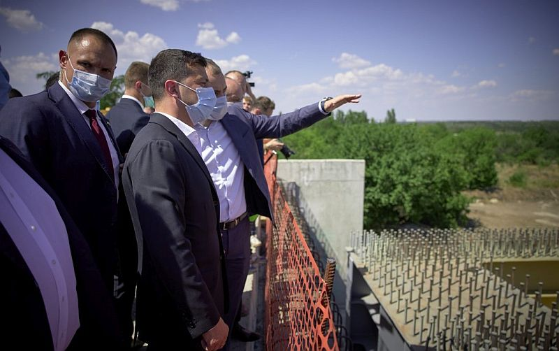Zelenskiy, Zaporijya'da Onur Taahhüt tarafından yapılan köprünün inşaatını gezdi